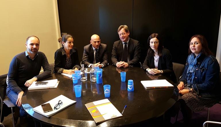 Representantes de Euskararen Erakunde Publikoa, junto al consejero, la viceconsejera y Ane Crespo, técnico de la viceconsejería de Política Lingüística.