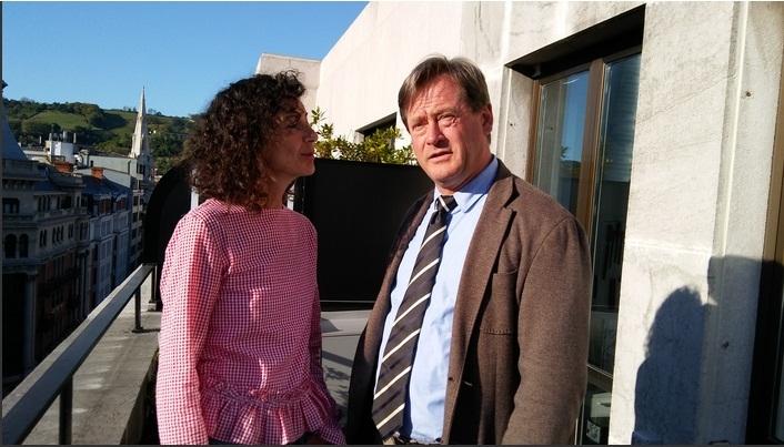 El consejero, en la terraza de los estudios de la cadena Ser en Bilbao