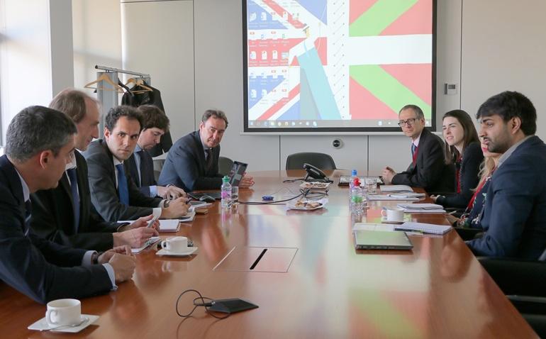 Una delegación del Gobierno británico visita Euskadi interesada en sus proyectos ferroviarios