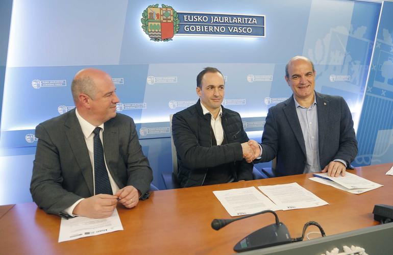 Koldo Tellitu y el productor de Basatxerri, Josu Zabala, durante la firma de la adhesión de la Federación de Ikastolas al programa NIREA