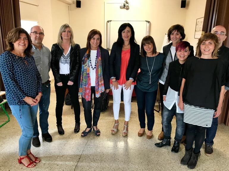 Cristina Uriarte (erdian), Maite Alonso (ezkerretik lehena), eta Olatz Garamendi (ezkerretik 5.) sailburuordeekin, Lucía Torrealday Hezkuntza Berriztatzeko zuzendaria (ezkerretik 6.) eta Berritzegune Nagusiko profesional taldea ere bertan direla