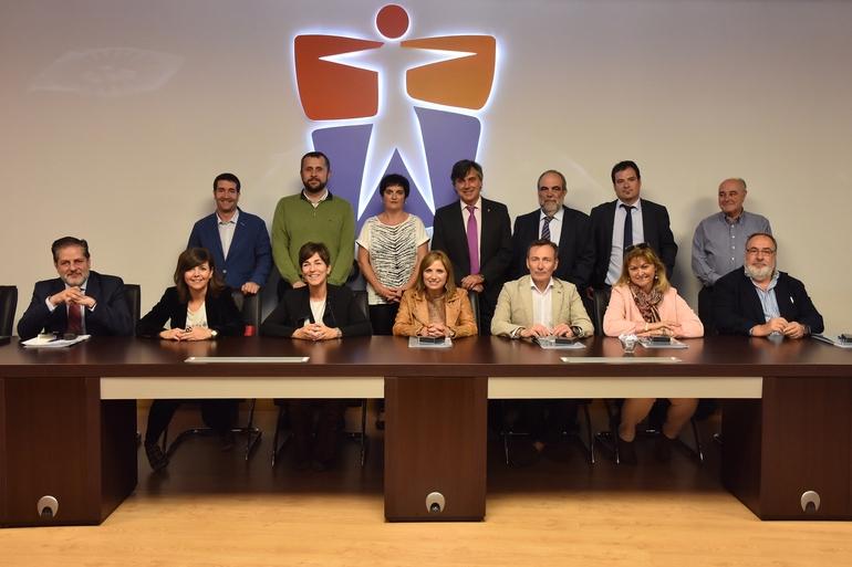 La Consejera San José, y miembros de la dirección de OSALAN, con los representantes de la Comisión de Trabajo y Justicia del Parlamento Vasco que se han acercado a visitar las instalaciones de OSALAN.