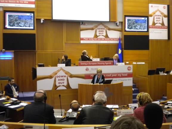 La viceconsejera ofreciendo la ponencia en el Parlamento de la Región de Bruselas Capital