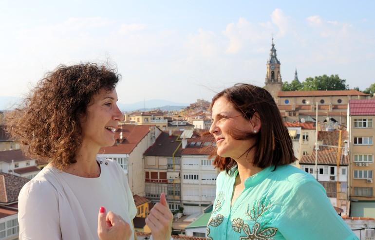 Beatriz Artolazabal con la periodista Eva Domaika, en la emisora SER Vitoria