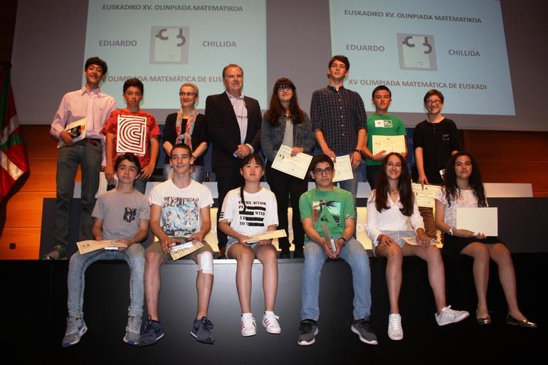 Jesús Fernández y Marta Macho, con el alumnado ganador de esta edición