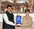 Arantxa Tapia eta Maharashtrako lehen ministroa bildu dira Indian 2015an