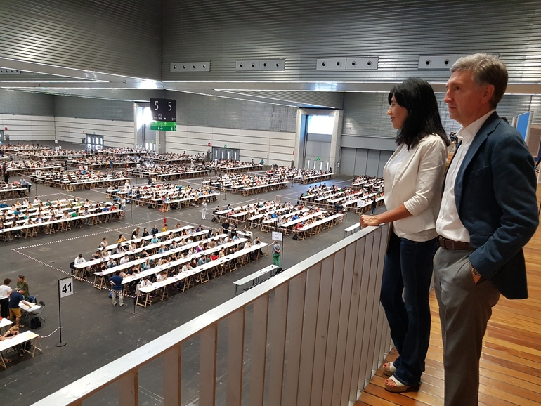 Olatz Garamendi y Konrado Mugertza, momentos antes de comenzar la primera prueba de la OPE 2017 de Educación