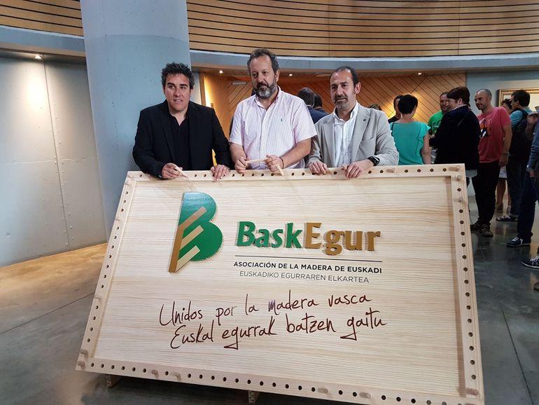 Oskar Azkarate, director de Baskegur, Peli Manterola, director de Calidad e Industrias Alimentarias y Federico Saiz, presidente de Baskegur