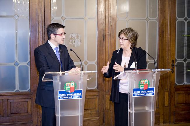 El Lehendakari, Patxi López, durante la rueda de prensa conjunta con la presidenta del Comité de las Regiones, Mercedes Bresso, en el Palacio de Ajuria Enea