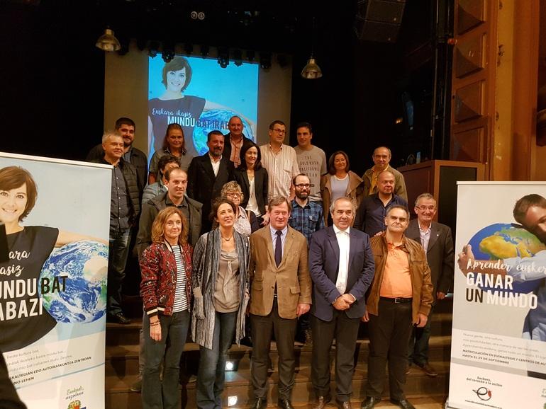 Eusko Jaurlaritza, aldundiak, Bilbo, Donostia eta Gasteizeko udalak, EUDEL eta UEMA, elkarrekin ekitaldia amaitutakoan.