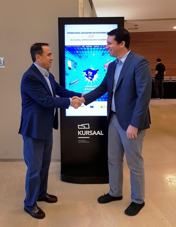 El viceconsejero de FP, Jorge Arévalo, junto con el representante de la empresa Stratasys, Ido Eylon, en el Kursaal donostiarra, donde se celebran las Jornadas Internacionales de Formación Profesional