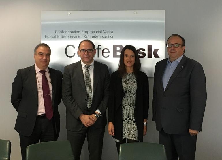 Adolfo Morais y Miren Artaraz (ambos en el centro), juto con el director general Confebask Eduardo Aretxaga (izq.) y el presidente de la Comisión Formación de Confebask, Txema Corres (derch.)