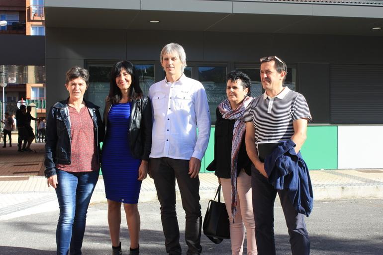 Olatz Garamendi (ezkerretik bigarren) eta Oier Korta, Zumaiako ikastetxe publikoetako arduradunekin batera