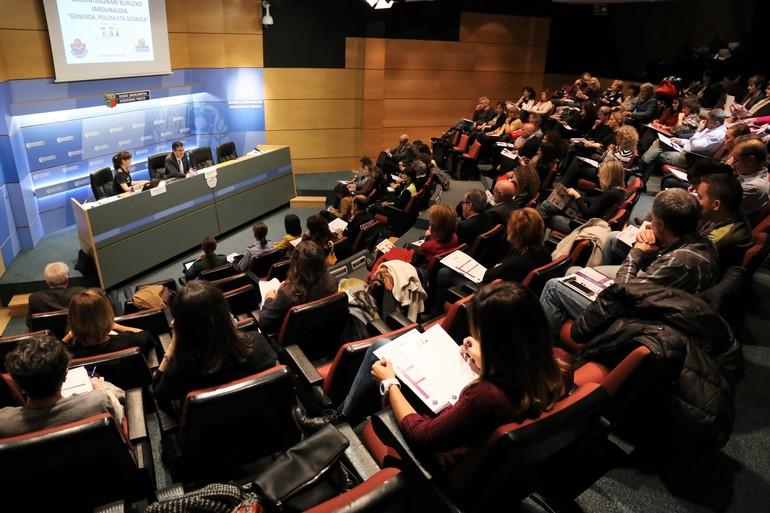 Jorge Aldekoa, Ertzaintzaren burua, Izaskun Bilbao, Europako Parlamentuko diputatua, Eva Sapiezynska, OSCEko aholkularia.