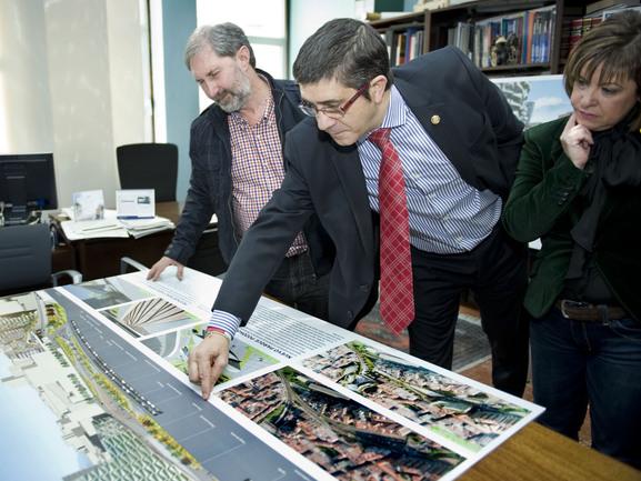 El Lehendakari, Patxi López, junto a la alcaldesa de Basauri, Loli de Juan, observando algunas maquetas del Master Plan de la localidad