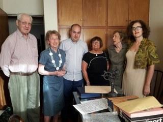 En la imagen los hijos del doctor Garate con Gorka Álvarez Aranburu (en el centro) y Sara Pagola (en un extremo), delegada de Euskadi en Argentina-Mercosur