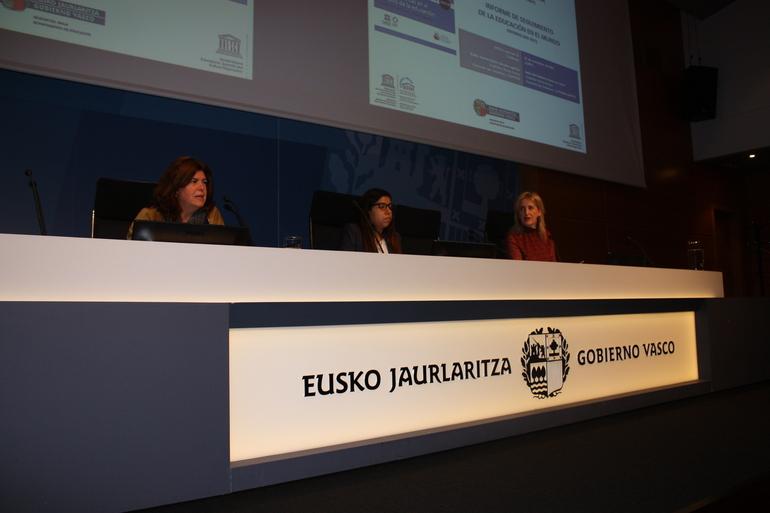 Maite Alonso, primera por la izquierda, durante la conferencia de presentación del informe de la UNESCO