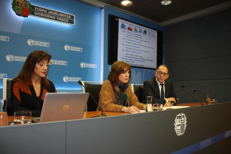 Cristina Uriarte erdian, Eva Ferreira (ezker.) eta Adolfo Morais (eskuin) lagun dituela
