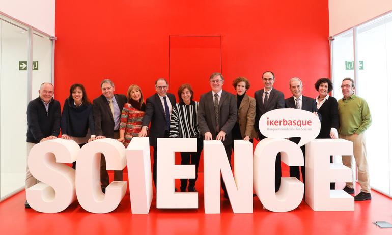 Cristina Uriarte (en el centro), junto con el resto de miembros del Patronato, poco antes de dar inicio a la reunión