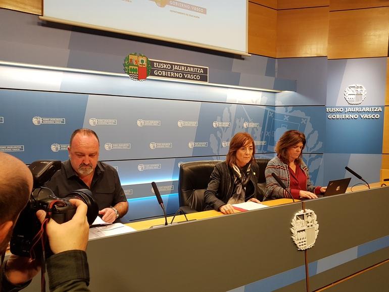 La consejera Cristina Uriarte, en el centro, junto con Maite Alonso (derecha) y Aitor Albizu (izq.)