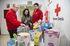 Nora Abete hace entrega de los juguetes a los responsables de Cruz Roja