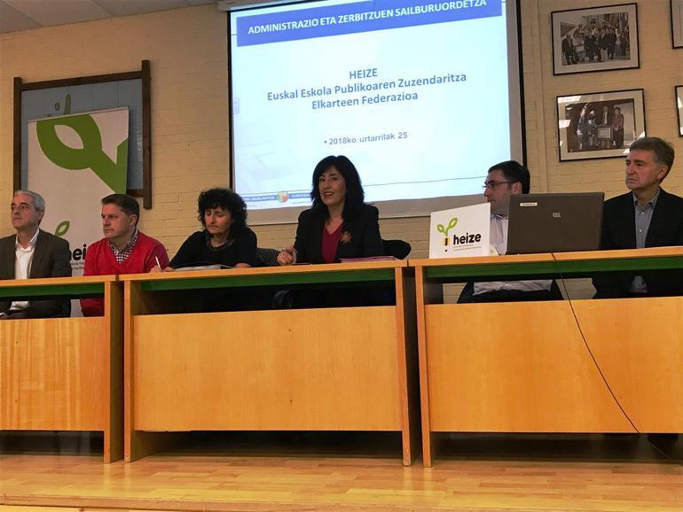 La viceconsejera Olatz Garamendi (centro) con su equipo, al inicio de la reunión celebrada hoy en Eibar