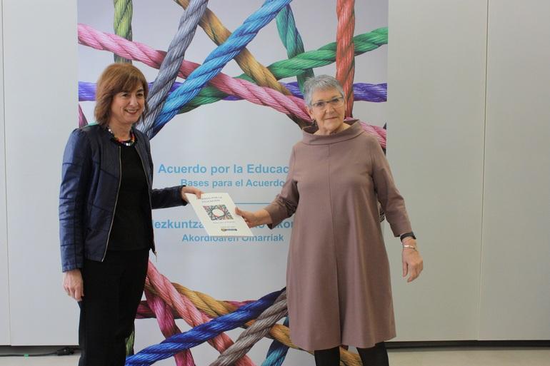 Cristina Uriarte ha entregado a la presidenta del Consejo Escolar de Euskadi el documento Bases para el Acuerdo, durante el acto celebrado esta mañana en Bilbao