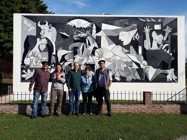 En el centro de la imagen Gorka Álvarez Aranburu, acompañado de varios integrantes de la comunidad vasca del Departamento de Florida, en Uruguay.