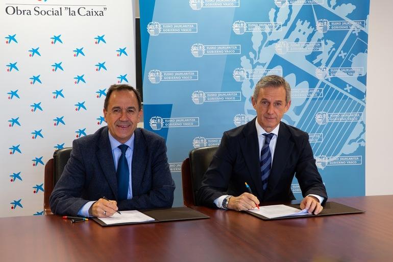 Juan Pedro Badiola, director territorial de CaixaBank en Euskadi y Cantabria (derecha), y el viceconsejero de Formación Profesional Jorge Arévalo (izq.) durante la firma del convenio