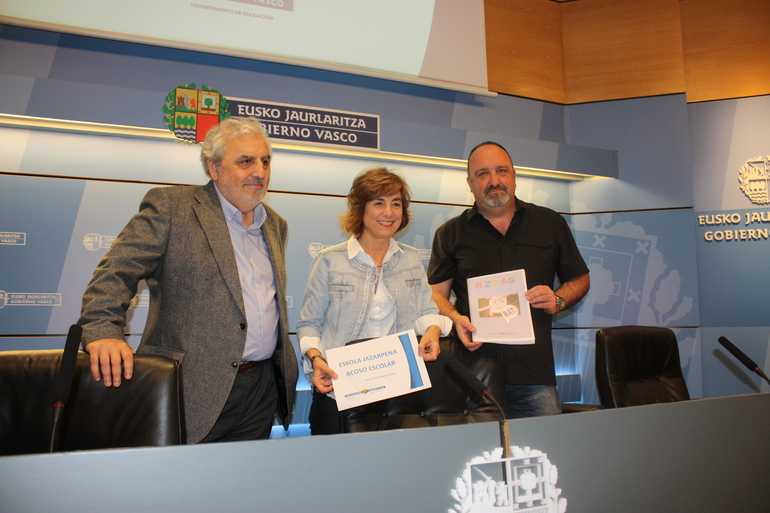 Cristina Uriarte (erdian), Jose Angel Ayucar (ezker.) eta Aitor Albizurekin batera (eskuin)