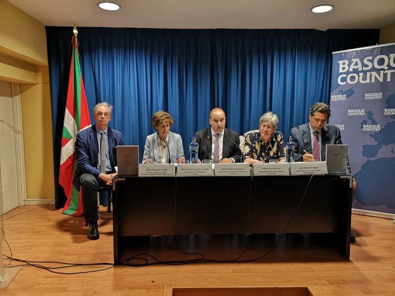 De izquierda a derecha: Iñigo López de Uralde, María Victoria López Cordón, Gorka Álvarez Aranburu, Estíbaliz Ruiz de Azúa y José Manuel Cajigas.