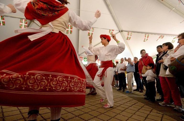 Euskal dantza New Londonen (Connecticut).