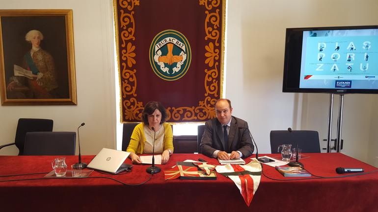 Marian Elorza y Gorka Álvarez Aranburu. Sobre la mesa las banderas que Jon Bilbao (precursor de los estudios sobre la Diáspora Vasca) conservó hasta su muerte, y que están depositadas en el Palacio Intsausti.