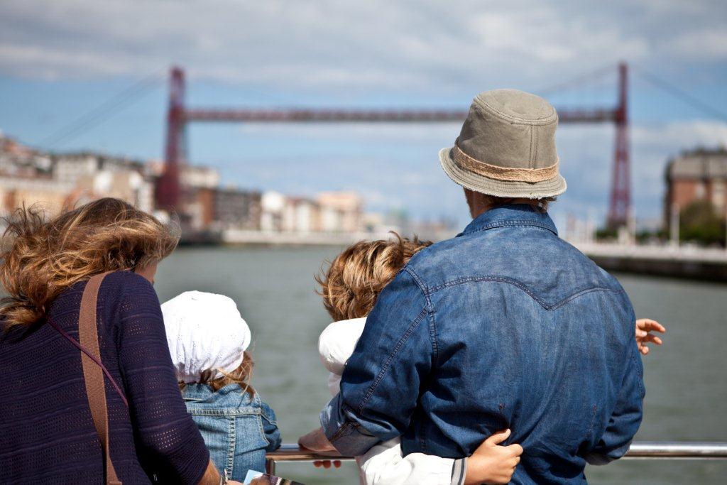 Admirando_el_puente_vizcaya_puente_colgante_desde_el_barco_en_la_ria_de_bilbao.jpg