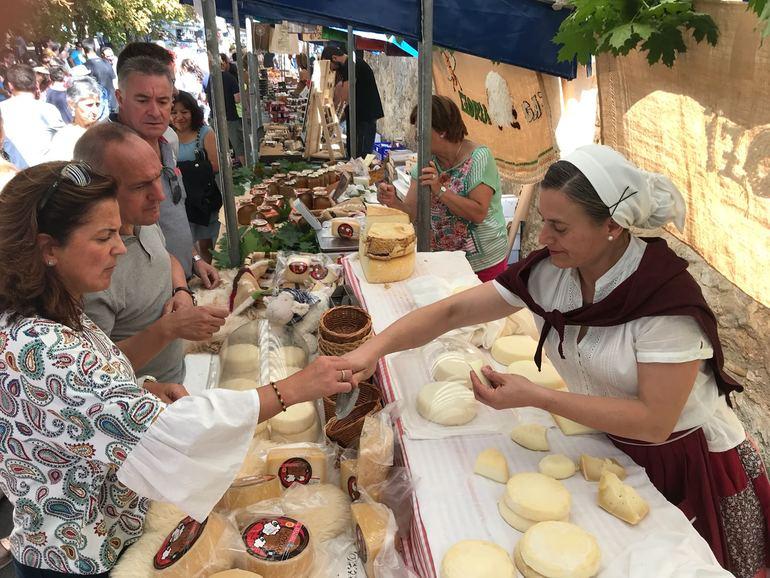 Artolazabal, en un puesto de venta de quesos. (Foto DFA AFA)