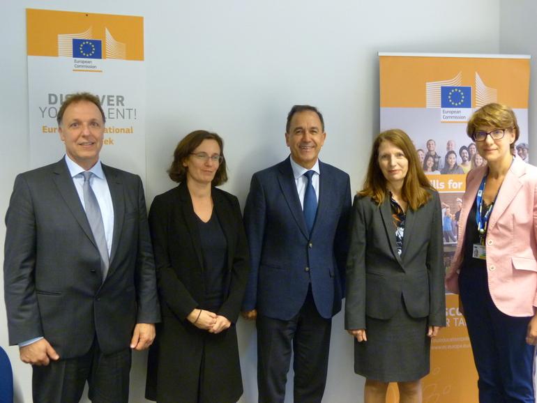 Jorge Arévalo (en el centro) con la Directora de Empleo y Asuntos Sociales Manuela Geleng (segunda por la derecha), momentos antes de la reunión