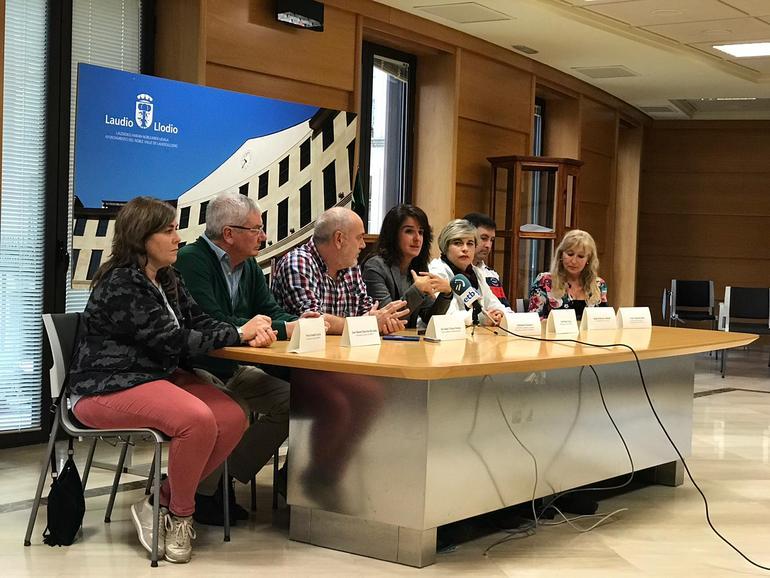 El alcalde Natxo Urkixo y la directora de Gogora Aintzane Ezenarro acompañados por representantes de EAJ-PNV, OMNIA, PSE-EE, PP y la concejal independiente de la corporación municipal