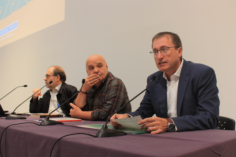 Eugenio Jimenez Ikastetxeen eta Plangintza zuzendaria (eskuinetik lehena), jardunaldiari hasiera emateko ekitaldian