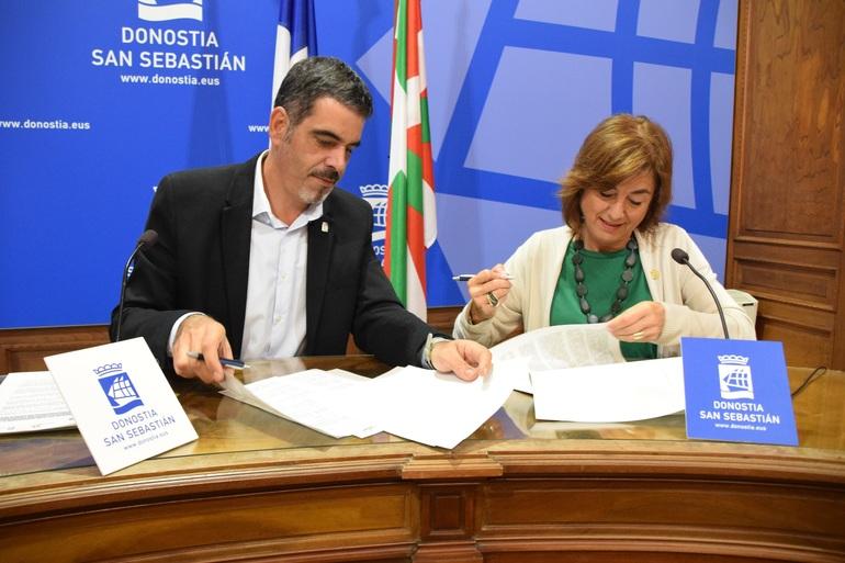 Eneko Goia eta Cristina Uriarte, protokoloa sinatzeko unean