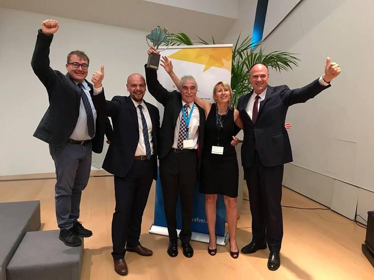 Iñaki Konde (en el centro), tras recibir el premio en representación de Tknika