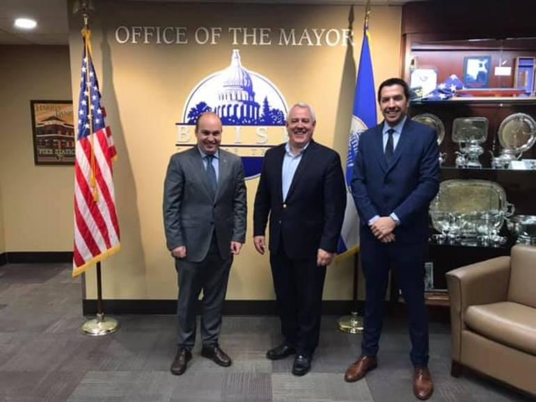El director para la Comunidad Vasca en el Exterior, Gorka Álvarez Aranburu, y el delegado del Gobierno Vasco en los EE.UU., Jorge Fernández, con el alcalde de Boise Dave Bieter (en el centro).