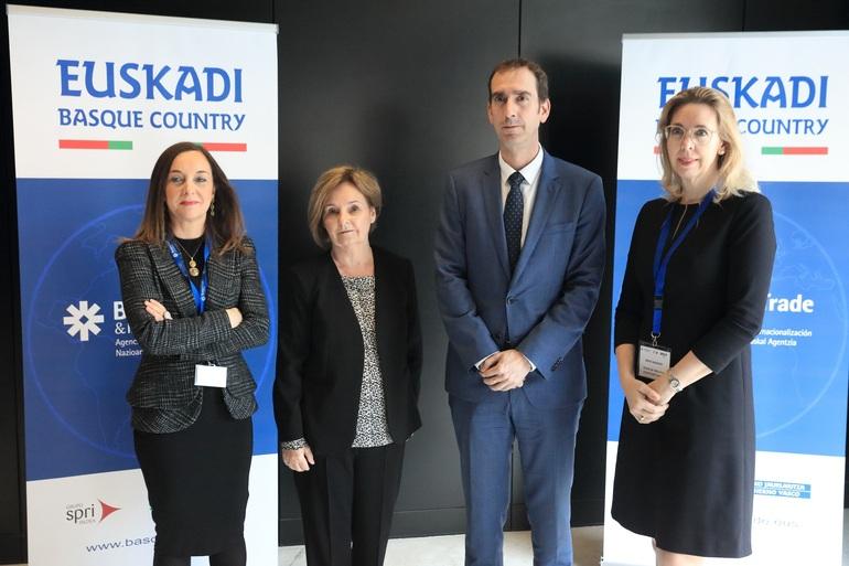 Javier Zarrapnandía y Ainhoa Ondarzabal con las representantes de la Embajada EEUU