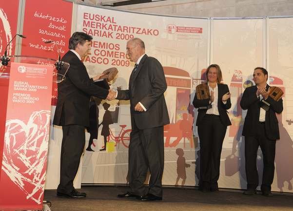 El consejero Unda entrega premios comercio