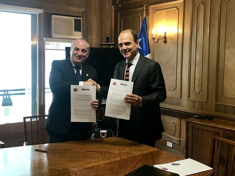 Iñaki Arriola y el ministro de Vivienda de Chile, Cristián Monckeberg, tras la firma del acuerdo.