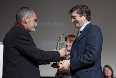 El Lehendakari entrega el Premio a Xabier Lete