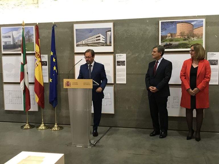 El viceconsejero de Vivienda, Pedro Jauregui, en la inauguración de la muestra, con el secretario de Estado, Pedro Saura, y la secretaria general de Vivienda, Helena Beunza.