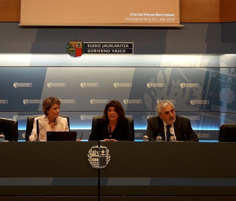 La viceconsejera de Educación Maite Alonso, en el centro, junto con Chantal Manes-Bonnisseau (presidenta de SICI), y Jose Angel Ayucar, Inspector General de Educación