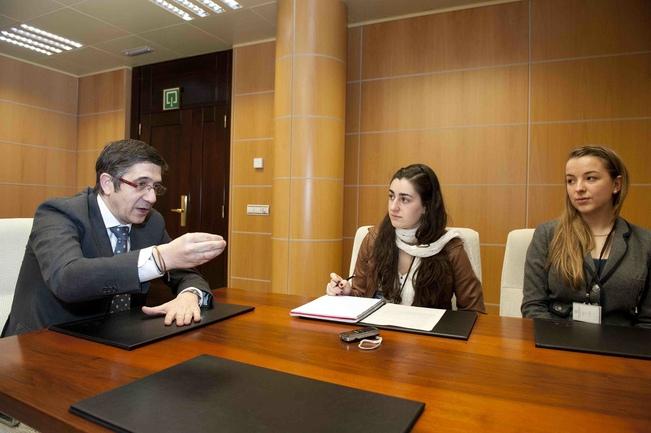 El Lehendakari responde a las preguntas de dos alumnas de Bachiller