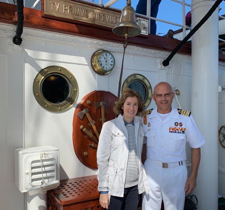 """La Consejera Sonia Pérez Ezquerra es recibida a bordo del buque escuela """"Juan Sebastián Elcano""""por el El capitán de navío Ignacio Paz García"""