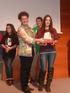 La ganadora del concurso, Ibone Andrés, recibe el premio de manos de la directora de Política Familiar y Comunitaria del Gobierno vasco, Loli García